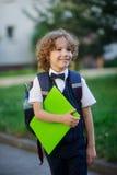 Eleganter blonder Erstsortierer im Schulhof Lizenzfreie Stockfotografie