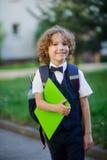 Eleganter blonder Erstsortierer im Schulhof Stockbilder
