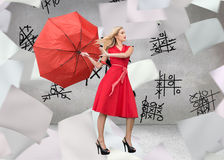Eleganter blonder haltener Regenschirm Lizenzfreie Stockfotografie