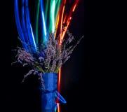 Eleganter Blumenblumenstrauß eingestellt auf schwarzen Hintergrund. Stockfotografie