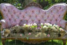 Eleganter Blumenstrauß auf Rokoko-Möbeln Lizenzfreie Stockfotos