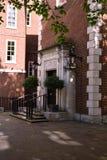 Eleganter Gebäudeeingang des roten Backsteins mit Treppe, nahe Tempelkirche, London Lizenzfreies Stockbild