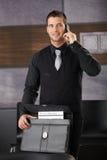 Eleganter Geschäftsmann, der auf dem beweglichen Lächeln spricht Lizenzfreie Stockfotografie