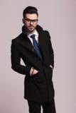 Eleganter Geschäftsmann, der seine Hände in den Taschen hält Lizenzfreie Stockfotografie