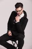 Eleganter Geschäftsmann, der seine Hand zu seinem Kinn hält Lizenzfreie Stockfotografie