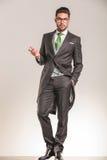 Eleganter Geschäftsmann, der Sie begrüßt Stockfotos