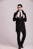 Eleganter Geschäftsmann, der weg von der Kamera schaut Lizenzfreies Stockbild