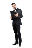 Eleganter gutaussehender Mann in der Klage den Papierdokumentenordner lesend, der Kamera betrachtet Stockbild