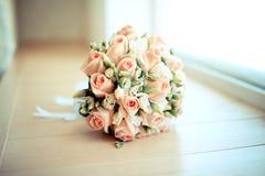 Eleganter Heiratsbrautblumenstrauß mit Rosen stockfoto
