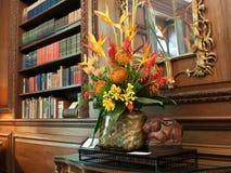 Eleganter Innenraum mit Blumenanordnung Lizenzfreie Stockfotografie