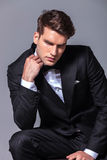Eleganter junger Geschäftsmann, der unten schaut lizenzfreie stockfotos