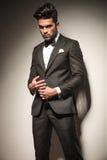 Eleganter junger Geschäftsmann, der mit seinem Ring spielt Lizenzfreies Stockbild