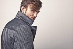 Eleganter junger gutaussehender Mann. Studiomodeporträt. Stockfotos
