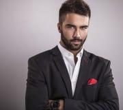 Eleganter junger gutaussehender Mann. Studiomodeporträt. Stockbild