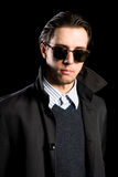 Eleganter junger Mann in den Sonnenbrillen Stockfoto