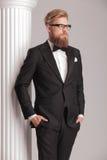 Eleganter junger Mann, der ein Smoking trägt Stockfoto