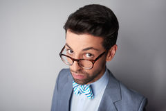 Eleganter junger Mann mit Gläsern und dem Jackenschauen stockbilder