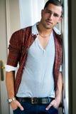 Eleganter junger stattlicher Mann Mann entfernen irgendjemandes Kleidung Stockfotografie