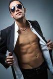 Eleganter junger stattlicher Mann Mann entfernen irgendjemandes Kleidung Stockfotos