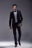 Eleganter junger vorbildlicher tragender Anzug Lizenzfreie Stockfotos