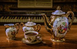 Eleganter Kaffeesatz im Retrostil auf Hintergrundtastaturweinlese lizenzfreie stockfotos