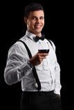 Eleganter Kerl, der ein Glas Rotwein hält Stockfotografie