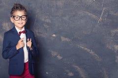 Eleganter kleiner Junge in der Klage Stockbilder
