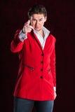 Eleganter lächelnder junger gutaussehender Mann in der roten Klage Stockfoto