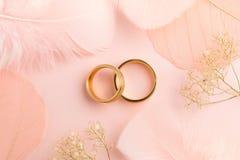 Eleganter Liebeshintergrund - zwei goldene Ringe und Dekorationen Stockbild