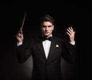 Eleganter Mann, der ein Orchester leitet lizenzfreie stockfotos