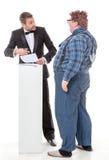 Eleganter Mann, der mit einem Landbauerntölpel argumentiert Lizenzfreie Stockfotos