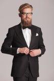 Eleganter Mann, der weg von der Kamera lächelt Stockbilder