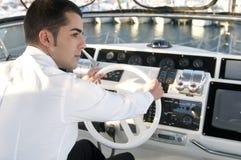 Eleganter Mann an der Yachtsteuerung Stockbilder