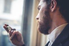 Eleganter Mann des hübschen Hippies mit Taschenuhr Lizenzfreie Stockfotografie