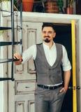 Eleganter Mann in einer Weste lizenzfreies stockfoto
