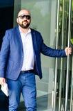 Eleganter Mann im Freien lizenzfreie stockfotografie
