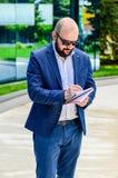 Eleganter Mann im Freien lizenzfreies stockbild