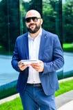 Eleganter Mann im Freien lizenzfreies stockfoto