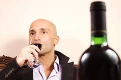 Eleganter Mann mit Weinglas Stockbild