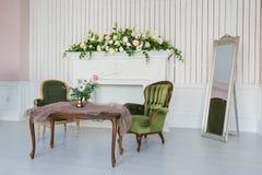 Eleganter Raum mit antiken Möbeln Stockfotos
