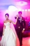Eleganter recht junger Braut- und Bräutigamtanz Stockbild