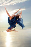 Eleganter rhythmischer Sprung bei Sonnenuntergang Stockfotografie
