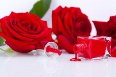 Eleganter roter Nagellack in einer stilvollen Flasche Stockfotografie