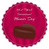 Eleganter roter silk Hintergrund mit Verzierungen, Schokoladen in einem Herzen mit einer Aufschrift und internationalem Frauen `  Lizenzfreies Stockbild