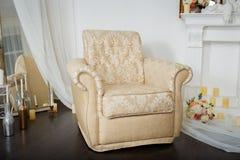 Eleganter Stuhl nahe einem Kamin Luxusinnenraum in den weißen Farben Lizenzfreies Stockbild