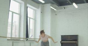 Eleganter Tänzer, der Tanz der zeitgenössischen Art durchführt stock footage