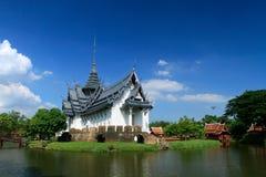 Eleganter thailändischer Tempelbau stockbilder