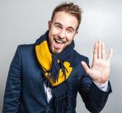 Eleganter u. positiver junger gutaussehender Mann im bunten Schal Mann entfernen irgendjemandes Kleidung Lizenzfreie Stockbilder