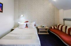 Eleganter und bequemer Innenraum eines Schlafzimmers im Hotel Lizenzfreies Stockbild