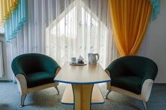 Eleganter und bequemer Innenraum eines Schlafzimmers im Hotel Stockfotografie